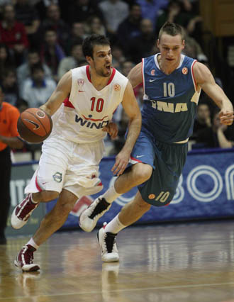 Leon Radosevic persigue a Yotam Halperin (Olympiacos) en un partido de Euroliga