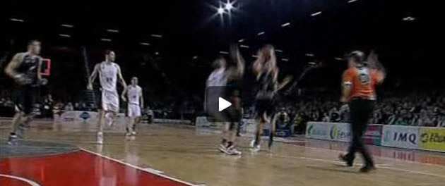 Captura del partido realizada en la herramienta ACB 360 en la que se ve c�mo el tablero (a la izquierda, al lado de Hervelle) se ilumina antes de que Salgado lance el bal�n..