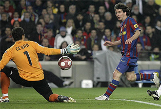 Messi bate a C�sar durante el Barcelona-Valencia