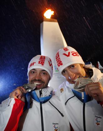 Miguel Galindo y Jon Santacana saboreando la medalla de plata en Vancouver.
