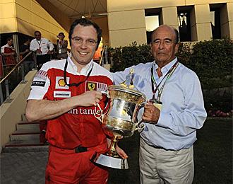 Domenicali posa junto a Bot�n con la copa lograda ayer.
