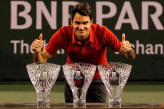 Roger Federer posa con los tres trofeos que recibi� en California.
