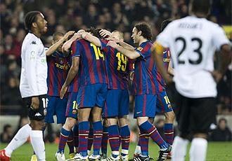 El Bar�a celebra un gol ante el Valencia