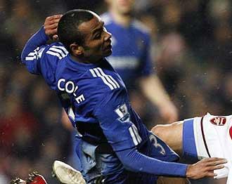 Ashley Cole jugando con el Chelsea