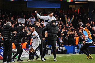 Los jugadores del Inter celebran la clasificaci�n en Stamford Bridge