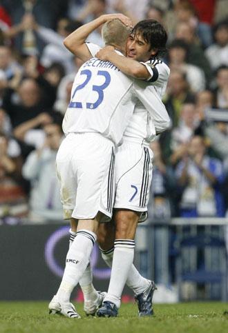 Ra�l abraza a Beckham, en una imagen de 2007