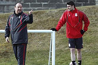 Albert Riera, durante un entrenamiento con el Liverpool, junto a Rafa Benítez