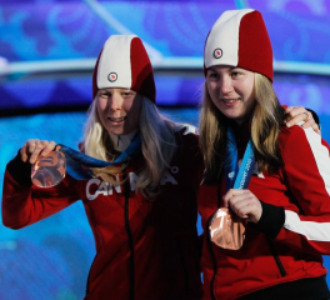 Viviane Forest y su guía Lindsay Debou en el podio