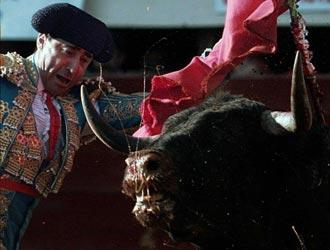 Luis Francisco Espl� ejecuta un pase de pecho