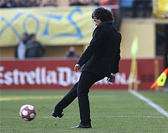 Gorosito golpea el bal�n durante el descanso de un partido.