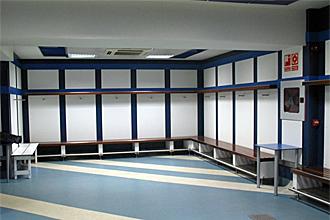 El vestuario visitante del Real Madrid, lugar que ocupar�a el Bar�a en una hipot�tica final