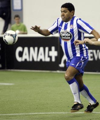 Donato lucha un bal�n durante el partido