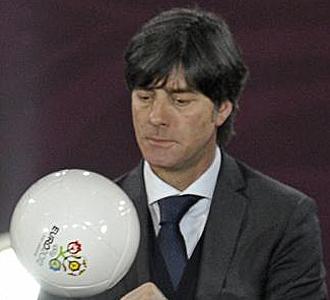 L�w, con el bal�n de la Euro 2012
