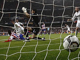 Juan Pablo reclama la mano de Van der Vaart en el gol del empate