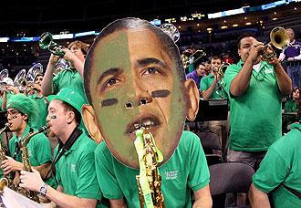 Un m�sico de la banda de North Texas tocando con una gran m�scara de Obama