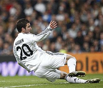 Higua�n, en el suelo tras realizar el disparo del gol frente al Sporting.