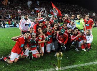 Los jugadores del Benfica posan con el trofeo.