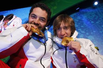 Miguel y Jon saborean el oro logrado en descenso