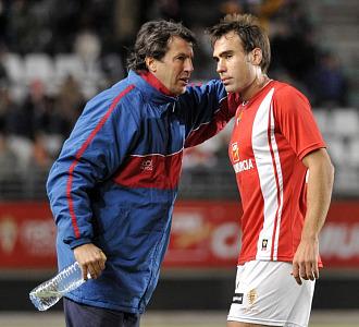 I�aki Bea charla con Jos� Gonz�lez durante un partido.