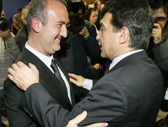 Godall y Laporta se saludan durante la presentaci�n de la candidatura del primero y a la que Laporta ofreci� su apoyo en primera instancia.