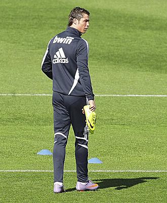 Cristiano Ronaldo luces sus nuevas botas en una sesi�n de entrenamiento