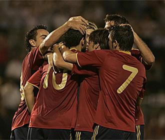 Los jugadores de la selecci�n espa�ola celebran un gol frente a Estonia.