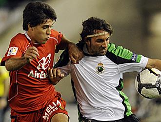 Mattioni pugna con Oscar Serrano por el control del bal�n