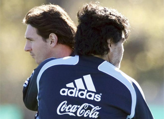 Messi y Maradona, en un entrenamiento.
