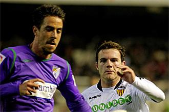 Daniel Orozco pugna con Mata por un balón en el partido de su debut