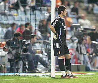 Casillas se apoya en un poste en una de sus visitas al Coliseum.