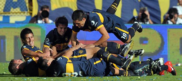 Los jugadores de Boca celebran el segundo tanto del chileno Gary Medel. (AFP)