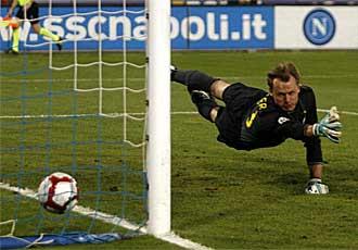 El portero de la Juve, Alexander Manninger, no puede evitar uno de los goles del N�poles.