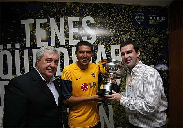 Juan Román Riquelme recibe la Copa MARCA, de manos de Juan Castro, que le acredita como MVP del Boca-River, en presencia del presidente del conjunto xeneize, Jorge Amor Ameal. (Foto: Gustavo Ortiz)