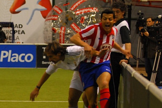 Alfaro y Alfonso pugnan por un bal�n