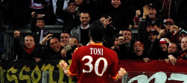 Luca Toni celebra con los aficionados en tanto de la victoria ante el Inter (Reuters).