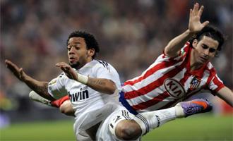 Marcelo y Tiago luchan por un balón.