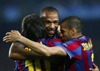 Thierry Henry abraza a Messi y Alves