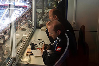Miguel �ngel Lotina, viendo el partido desde un puesto de prensa en Riazor