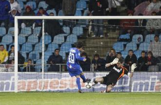 Pedro Le�n marca ante Iker Casillas el 2-4