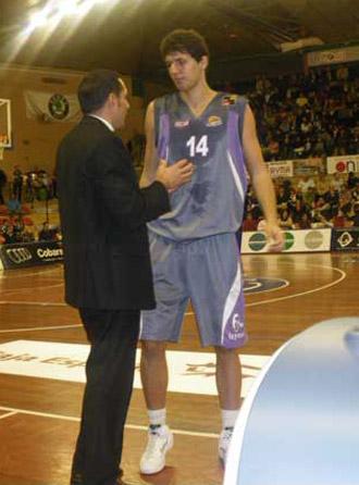 Mirotic, en un partido del Palencia hablando con su t�cnico, Lezcano.