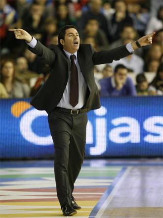Pascual, dirigiendo a sus jugadores durante un partido.