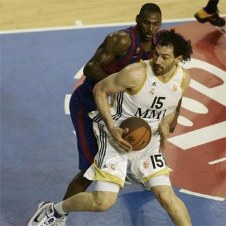 Garbajosa pelea con Mickeal durante el 2� encuentro de la eliminatoria ante el Regal Barcelona