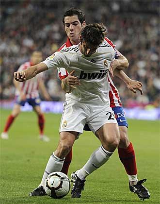 Antonio L�pez defiende a Granero durante el derbi.