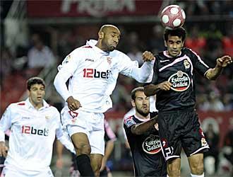 Valer�n salta con Kanout� durante el reciente Sevilla-Deportivo.