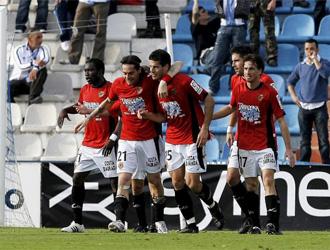 Mairata celebra con sus compa�eros el gol contra el N�stic.