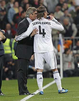 Sergio Ramos habla con Pellegrini durante el partido.