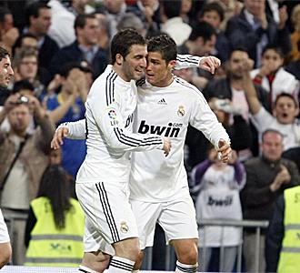 Higua�n y Cristiano celebran un gol.