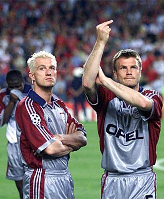 Helmer hace un corte de mangas a los hinchas del United tras la final de 1999 en Barcelona