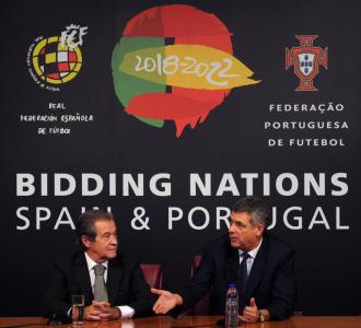 Fernando Madail, presidente de la Federaci�n Portuguesa de F�tbol, y Villar durante la presentaci�n de la candidatura conjunta de Espa�a y Portugal en octubre