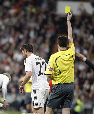 Xabi Alonso tras ver la cartulina en el derbi que le acarrea un partido de suspensi�n